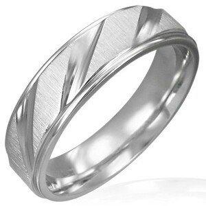 Snubní prsten z chirurgické oceli matný se šikmými lesklými pruhy - Velikost: 57